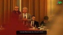Le maire regarde les groupes d'opposition partir.