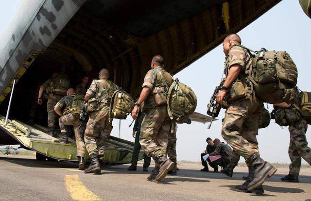 La Cie du 2e REI embarque dans le Transall sur le tarmac de l'aéroport de Bangui Centrafrique