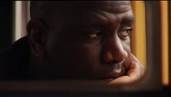 Le comédien Aulnaysien Steve Tientcheu (Braco...) se rendant au cour Simon en RER (documentaire La Mort de Danton d'Alice Diop).